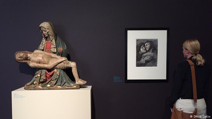 Ο Μουρ ήταν γνώστης της Ιστορίας της Τέχνης. Το ενδιαφέρον του προσέλκυε και η γλυπτική γοτθικού ρυθμού. Μελέτησε τη σχέση μεταξύ μητέρας και παιδιού όπως εδώ στο έργο «Αποκαθήλωση» του 1420. Αποτύπωσε την εγγύτητα και τον πόνο της απώλειας στα σχέδια του. Η αγάπη του για το ανθρώπινο σώμα και για τις μορφές έκφρασης τον συνόδευαν σε όλη του τη ζωή.