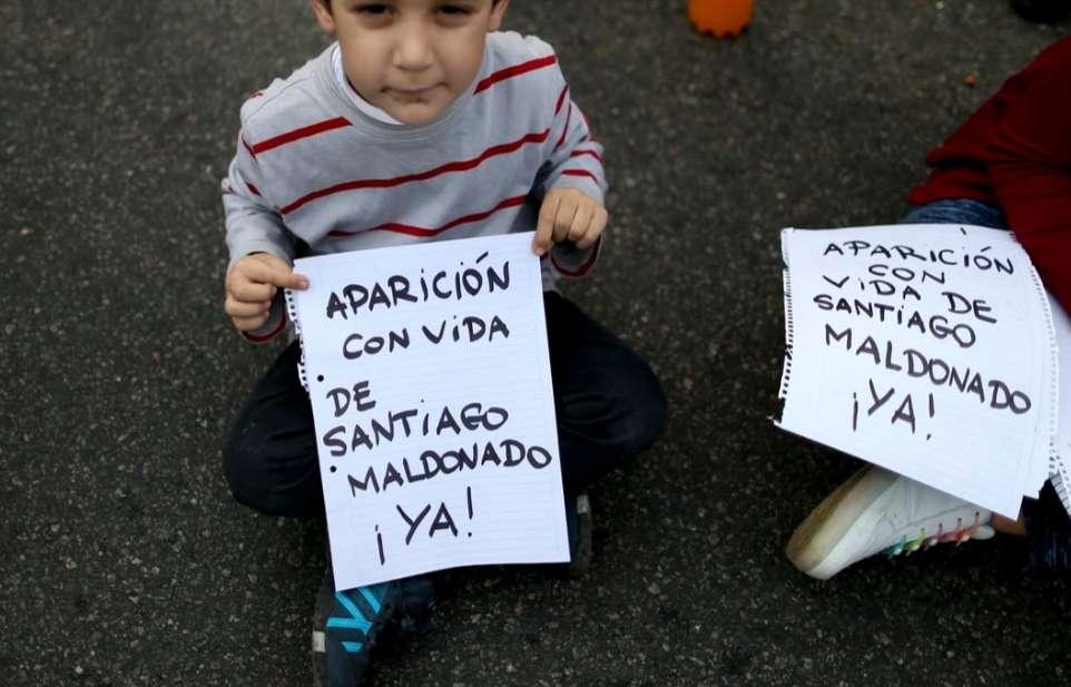 """""""Που είναι ο Σαντιάγκο Μαλντοβάντο;"""" αποδείξεις για την ζωή του ζητά ο μικρός διαδηλωτής"""