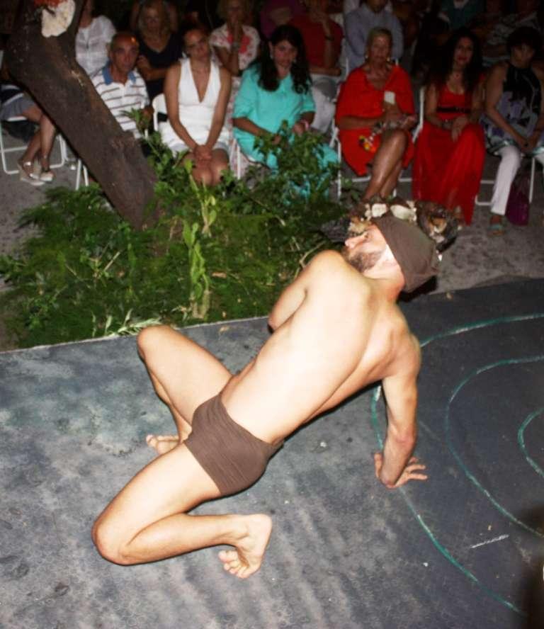 Ο χορευτής Κωστής Τσιαμάγκας. Πρόσγειος πτήση