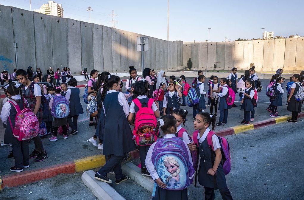 Τα πιο τυχερά παιδιά υφίστανται το νόμο απαρτχάιντ στα σημεία ελέγχου