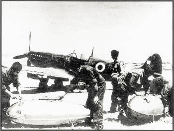 Πιλότοι της Βασιλικής Αεροπορίας φορτώνουν τις βόμβες σε αεροπλάνο