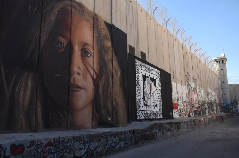 Γκράφιτι του Agoch με τη μορφή της Αχέντ Ταμίμι.