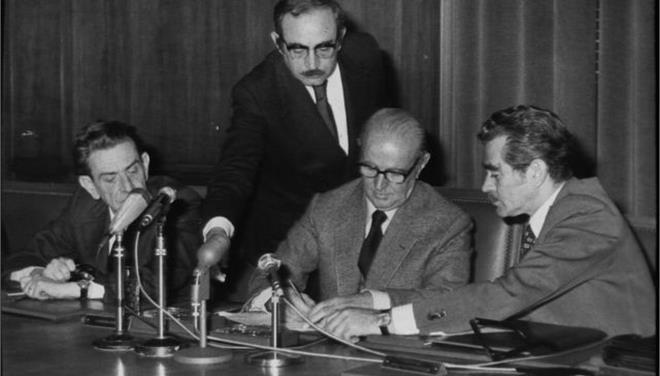1. Ο Κ. Λάσκαρης δεξιά με τον πρωθυπουργό Κ. Καραμανλή (μέσο) και Π. Παπαληγούρα (αριστερά)