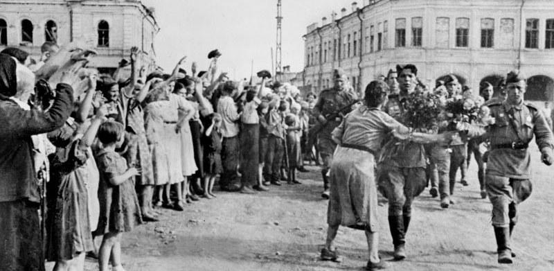 Ο λαός της Βαρσοβίας υποδέχεται στρατιώτες του Κόκκινου Στρατού κατά την απελευθέρωση της πόλης από τους Ναζί το 1945.