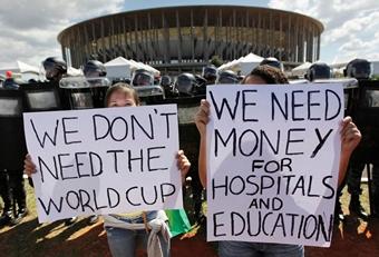 """Βραζιλία, 2014: """"Δεν χρειαζόμαστε το Παγκόσμιο Κύπελλο. Θέλουμε χρήματα για νοσοκομεία και Παιδεία""""."""