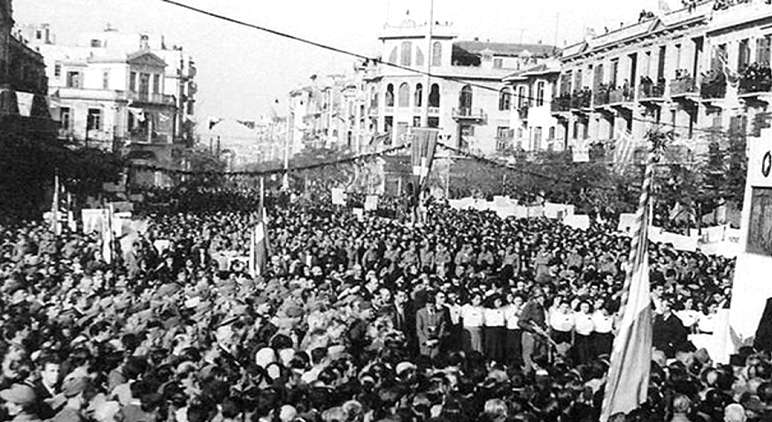 Πλήθος κόσμου γιορτάζει την απελευθέρωση, από τον ΕΛΑΣ, της Θεσσαλονίκης, 30 Οκτώβρη 1944.