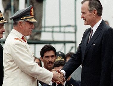 Ο Τζ. Μπους με τον χιλιανό δικτάτορα Πινοσέτ το 1990.