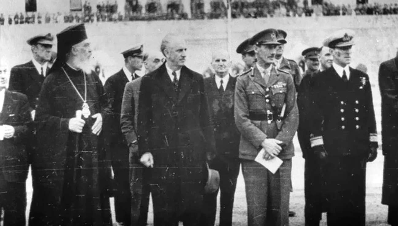 Οι αρχιτέκτονες της σφαγής του Δεκέμβρη: Ο Γ.Παπανδρέου και ο στρατηγός Ρ. Σκόμπυ. Δίπλα τους ο Αρχιεπίσκοπος Δαμασκηνός.