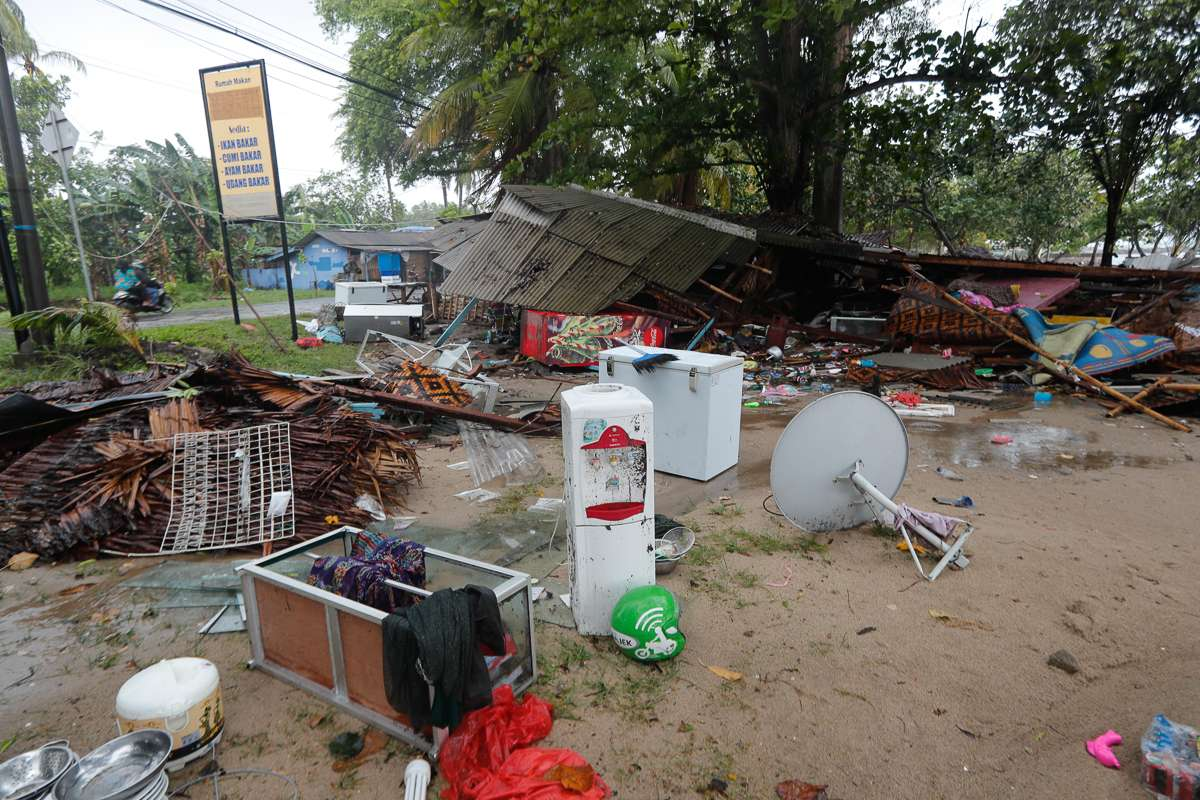 epa07246187 The ruins of a house sit on the ground after a tsunami hit Sunda Strait in Anyer, Banten, Indonesia, 23 December 2018. According to the Indonesian National Board for Disaster Management (BNPB), at least 43 people are dead and 584 others have been injured after a tsunami hit the coastal regions of the Sunda Strait. EPA-EFE/ADI WEDA