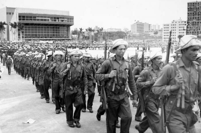 Primero de Mayo Patria o Muerte en el año 1960 Milicianos desfilando por la Plaza de la Revolución