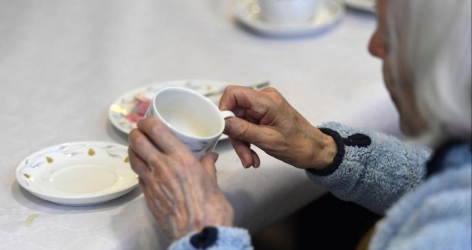 Σουηδία χώρα πρότυπο της ΕΕ: 15.000 ηλικιωμένοι κινδυνεύουν να πεθάνουν από ασιτία