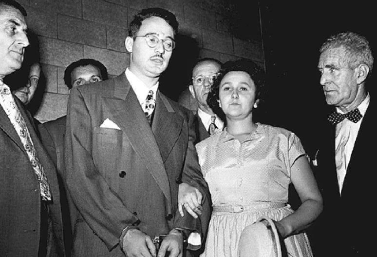 με τις χειροπέδες και Εθελ Ρόζενμπεργκ στη διάρκεια της δίκης