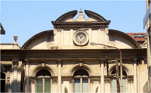 δείκτες του ρολογιού στη στοά Μαλακοπή έχουν σταματήσει να κινούνται από το βράδυ του σεισμού του 1978
