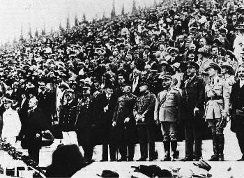 Σεπτέμβρης του 1920. Πανηγυρισμοί της αστικής τάξης και χιλιάδων λαού στο Παναθηναϊκό Στάδιο για τη Συνθήκη των Σεβρών και την ελληνική κατοχή στη Μικρά Ασία