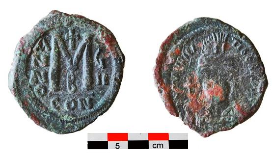 Χάλκινος φόλλις Μαυρικίου Τιβερίου (582-602) από το Χώρο ΙΒ του κτηρίου 2 (τέλη 6ου αιώνα).