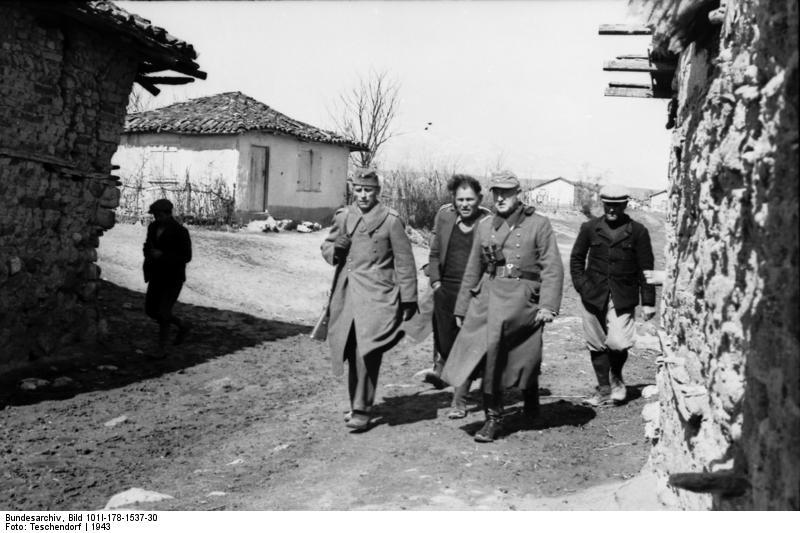 Bundesarchiv Bild 101I 178 1537 30 Griechenland Soldaten in Ortschaft