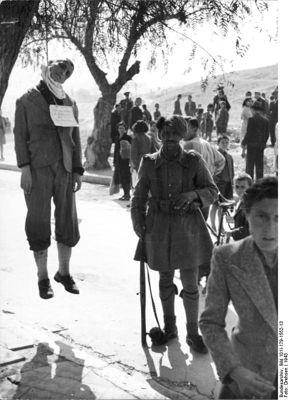 Bundesarchiv Bild 101I 179 1552 13 Griechenland erhängter Mann in Ortschaft