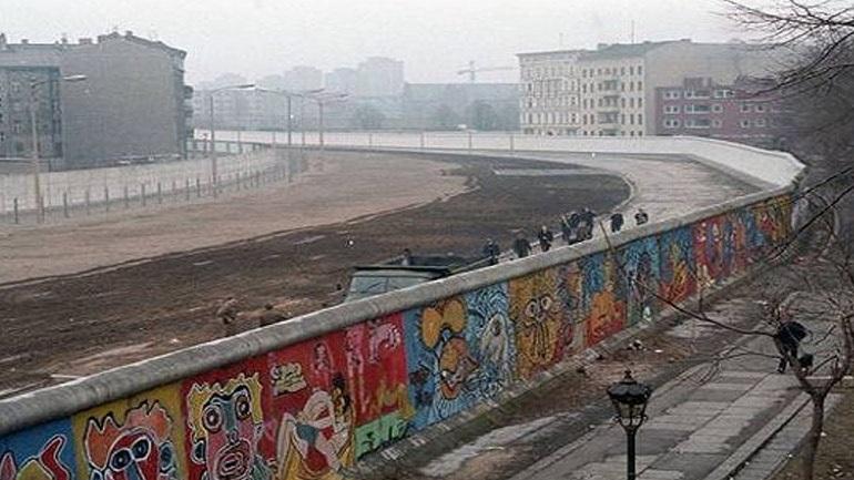 KNE: «Το Τείχος του Βερολίνου... Κι όμως το σύστημα σου λέει ΞΑΝΑ ψέματα!»