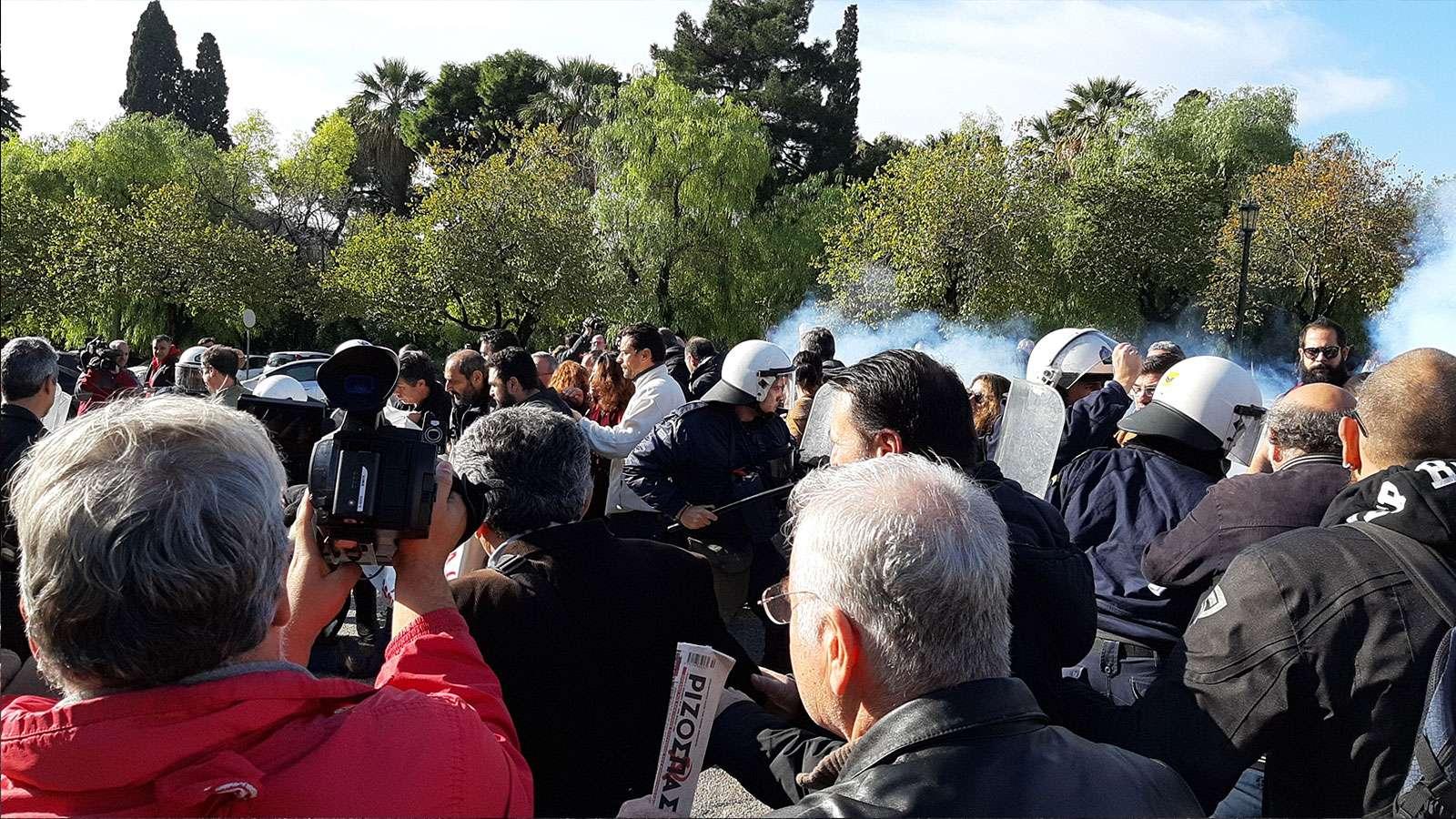 Βίαιη επίθεση της κυβέρνησης ΝΔ κατά των υγειονομικών - Τραυματίστηκε ο Ηλίας Σιώρας (ΒΙΝΤΕΟ-ΦΩΤΟ)