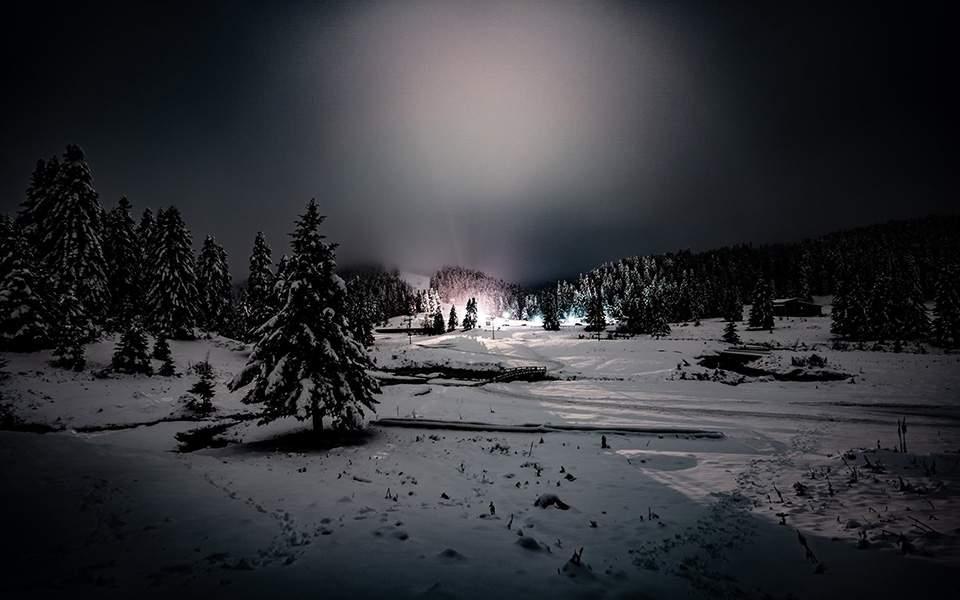 Εικόνες σπάνιας και παραμυθένιας ομορφιάς με την πανσέληνο στα χιονισμένα λιβάδια Περτουλίου (ΦΩΤΟ)