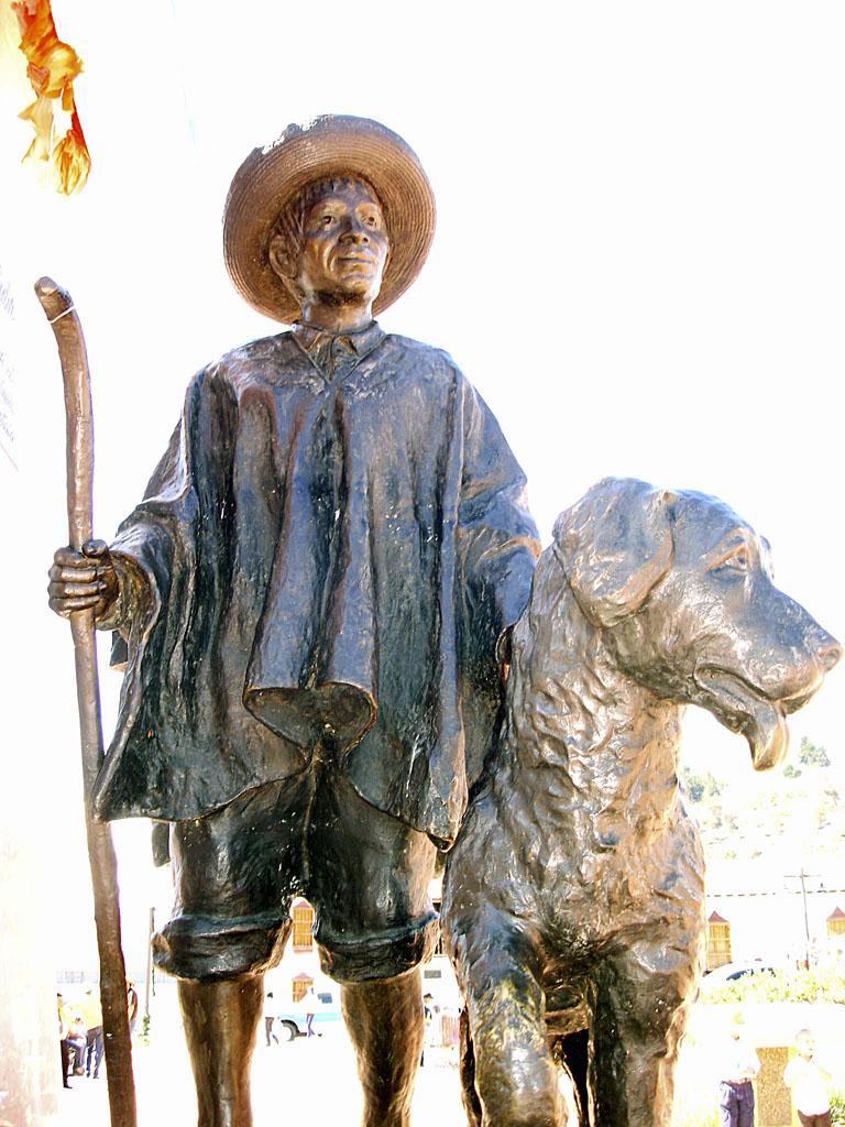 Monumento al perro Simoncito y al indio Tinjacá en la plaza Bolívar de Mucuchíes Nevado