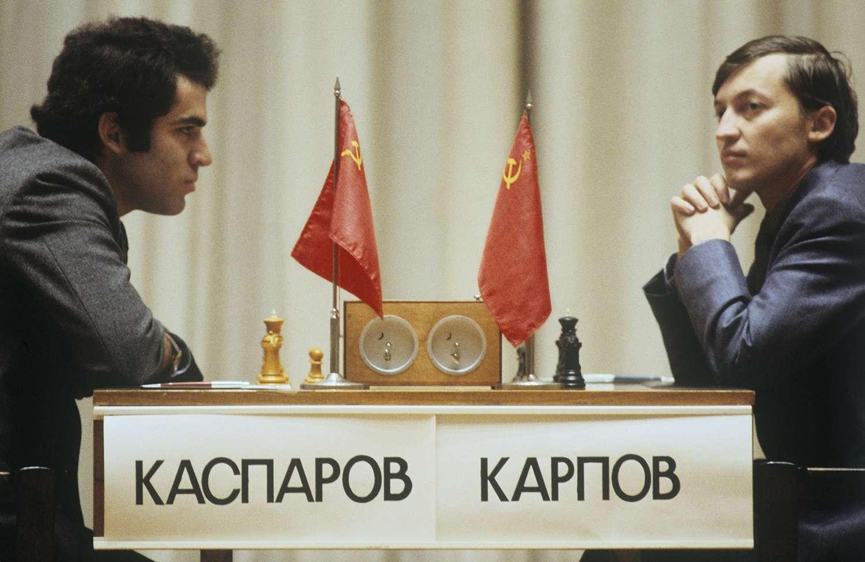 1985 τουρνουά σκακιού Гарри Каспаровым слева и Анатолием Карповым