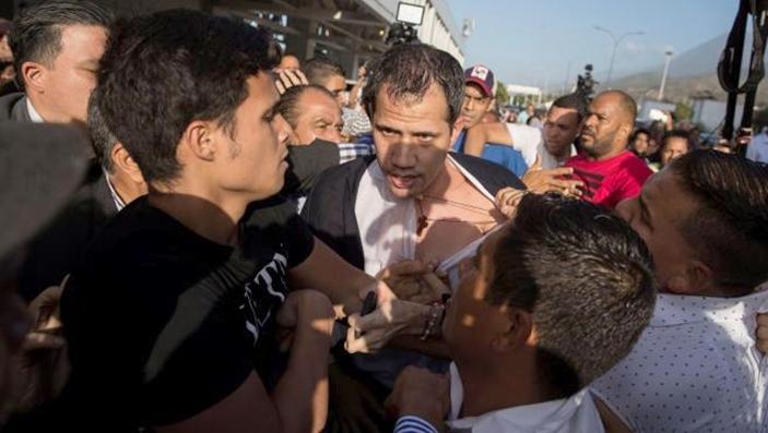 «Φασίστα Γκουαϊδό»: Οργή λαού κατά του πραξικοπηματία της Βενεζουέλας στο αεροδρόμιο του Καράκας