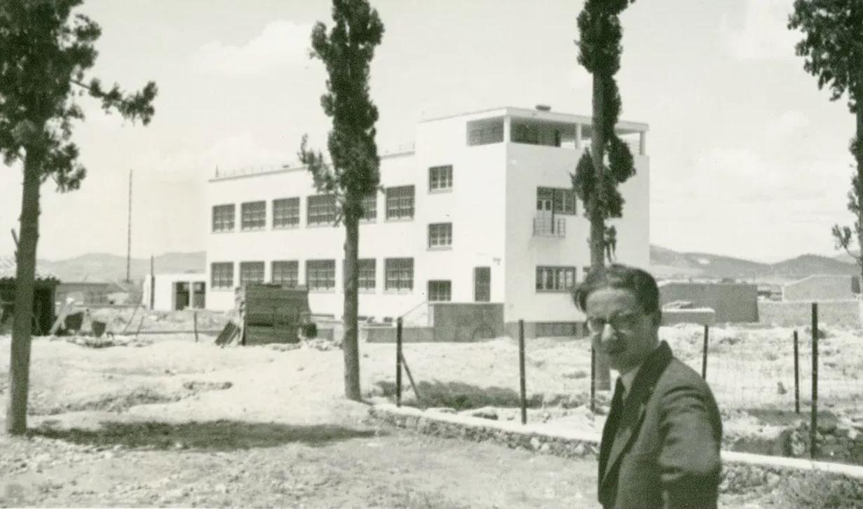 Δεσποτόπουλος μπροστά σε υπό κατασκευή σχολικό κτίριο περιοχή Ακαδημίας Πλάτωνος Αθήνα 1932