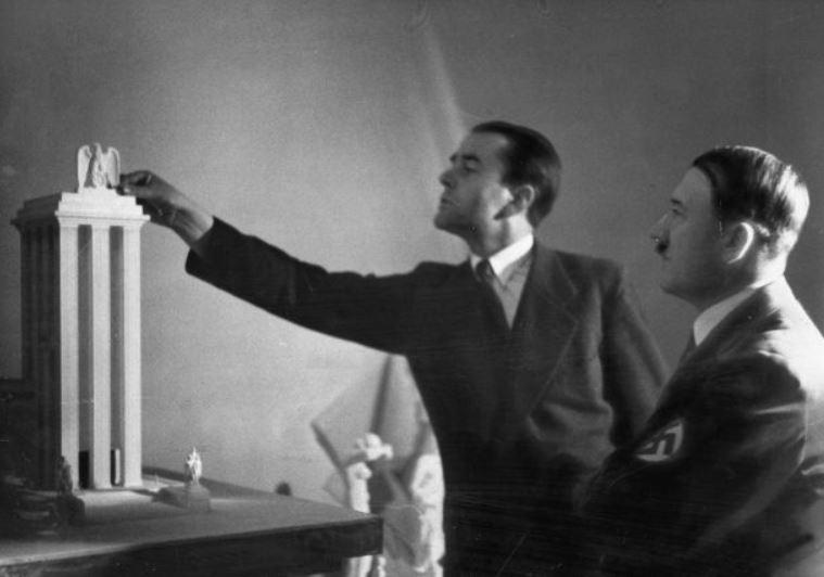 Αλμπερτ Σπέερ παρουσιάζει στον Χίτλερ την μακέτα του με το γερμανικό περίπτερο για την Διεθνή Εκθεση του Παρισιού το 1937