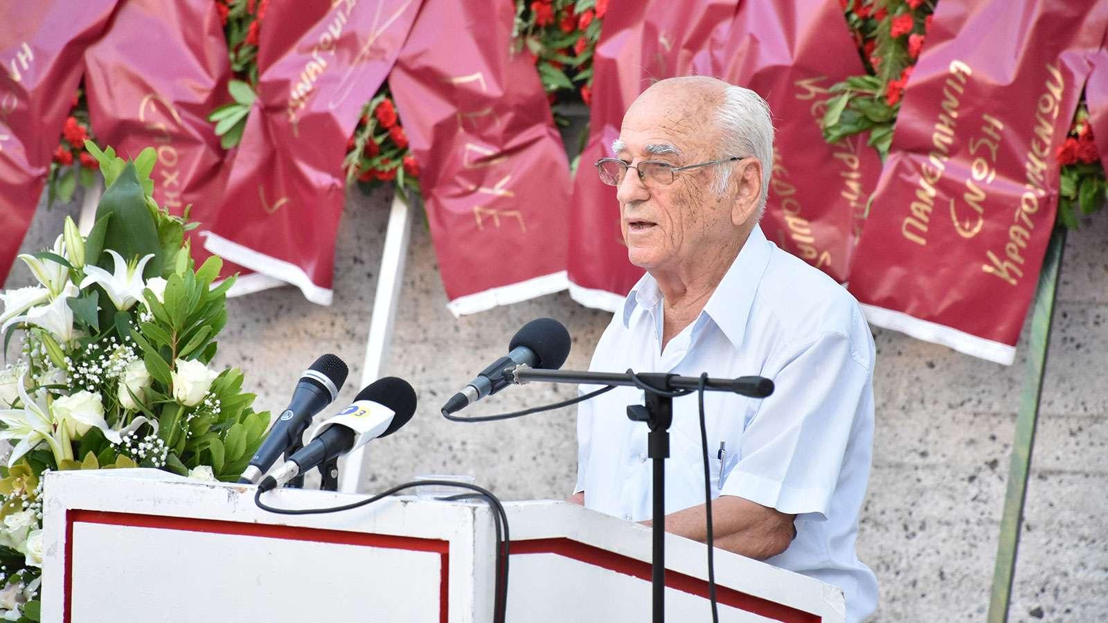 Γιώργης Φαρσακίδης κηδεία ο Κώστας Σαπρανίδης στο βήμα