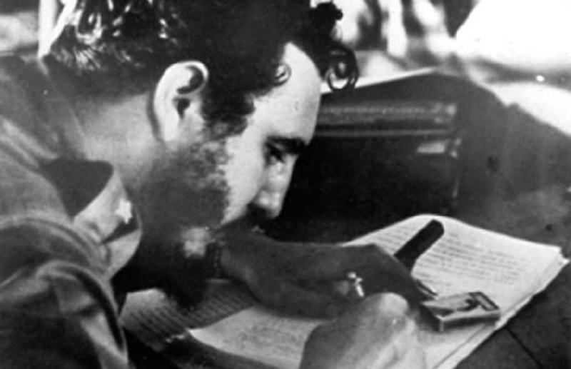 Fidel firma la Ley de Reforma Agraria en La Plata Sierra Maestra el 17 de mayo de 1959