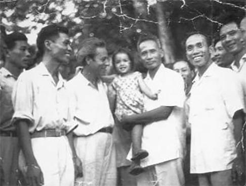 Κώστας Σαραντίδης (Νγκουιέν Βαν Λαπ), ο έλληνας VIETμίνχ με τον πρωθυπουργό του Βιετνάμ Φαμ Βαν Ντονγκ (1963)