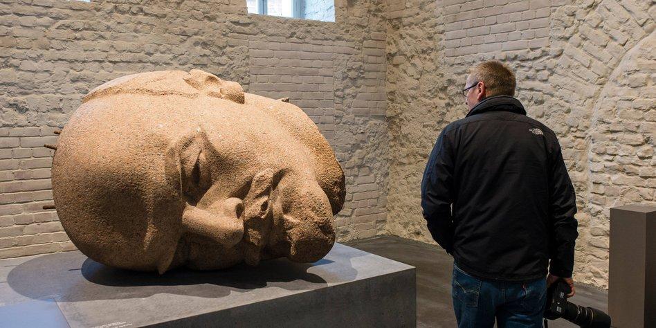 Da liegt er der Kopf des Lenin Denkmals