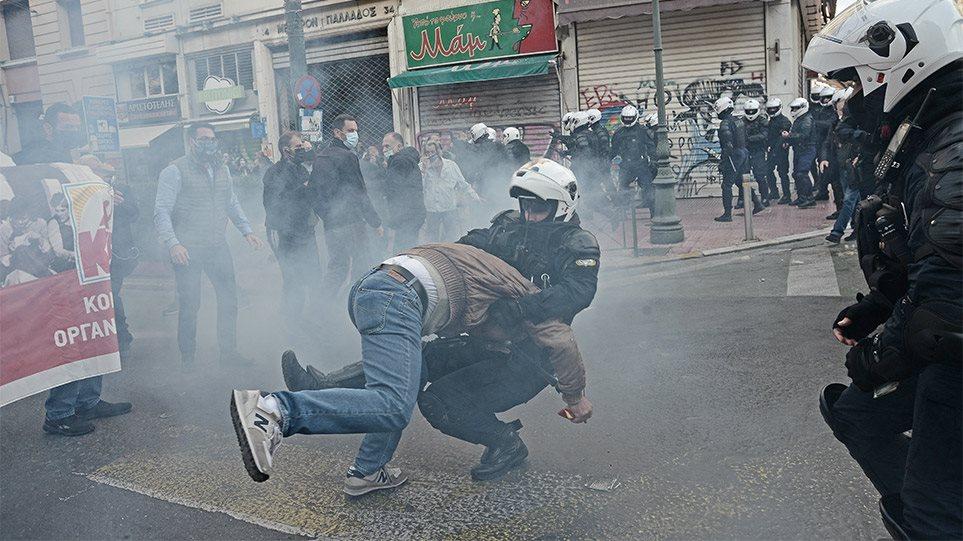 Απρόκλητη επίθεση αυτή την ώρα σε διαδήλωση του ΚΚΕ στα Προπύλαια