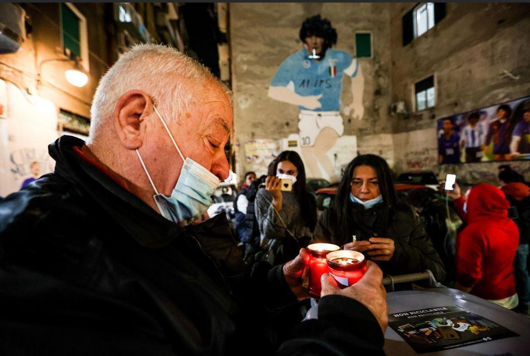 Maradona i tifosi del Napoli si radunano sotto al suo murales