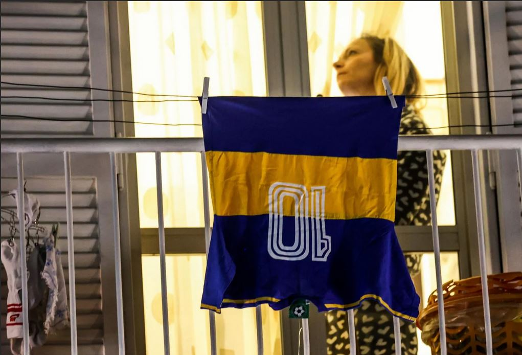 Maradona i tifosi del Napoli si radunano sotto al suo murales 6