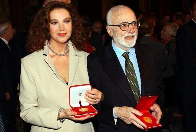 Monicelli και Stefania Sandrelli ricevono il premio Vittorio De Sica nel 2002 Omega 9-Δεκ-2002