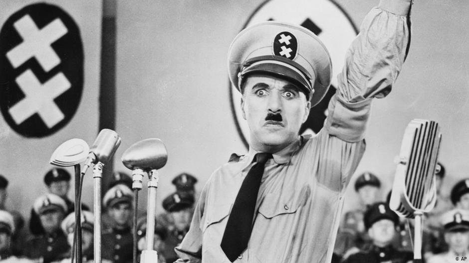 Charlie Chaplin als Adolf Hitler in Der große Diktator