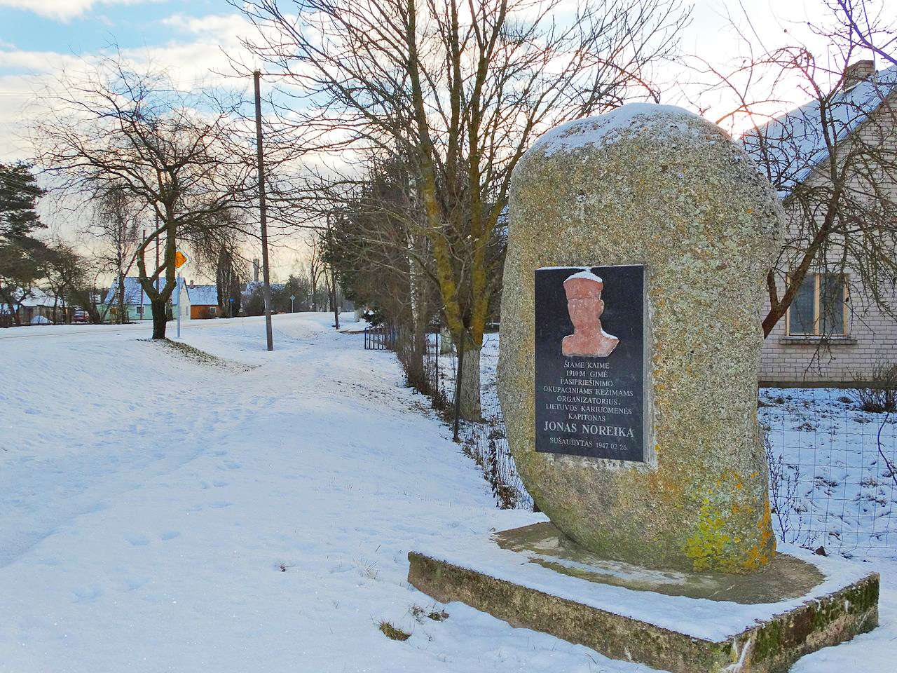 Μνημείο στο Šukioniai γενέτειρα του Noreika