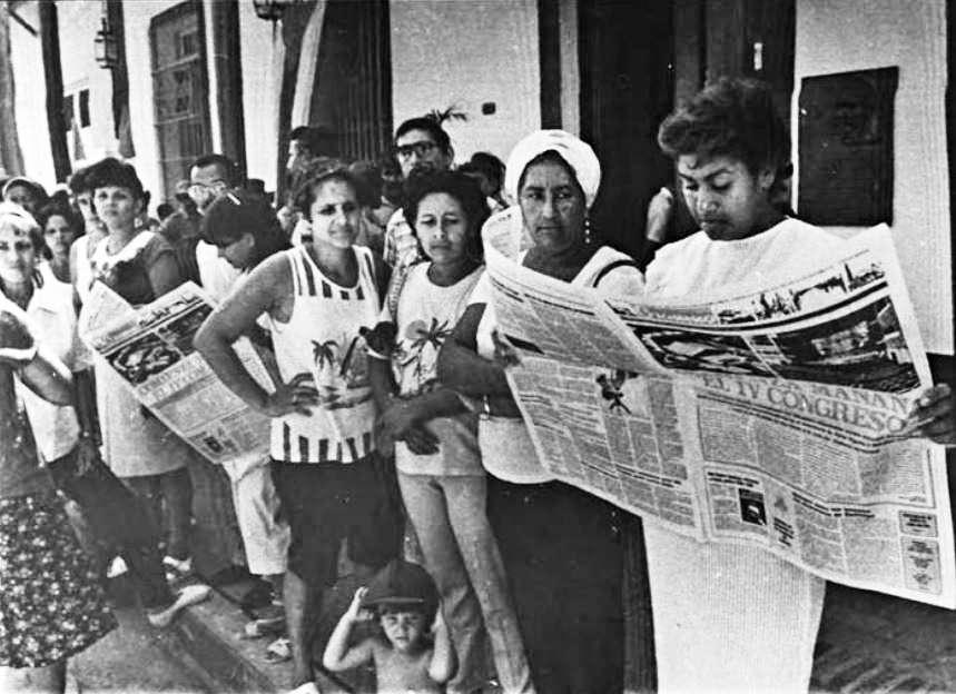 El pueblo santiaguero se informa sobre las actividades que se desarrollan en el IV Congreso del PCC octubre 1991