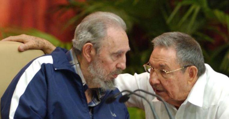 Fidel y Raúl en la clausura del 6to Congreso del PCC