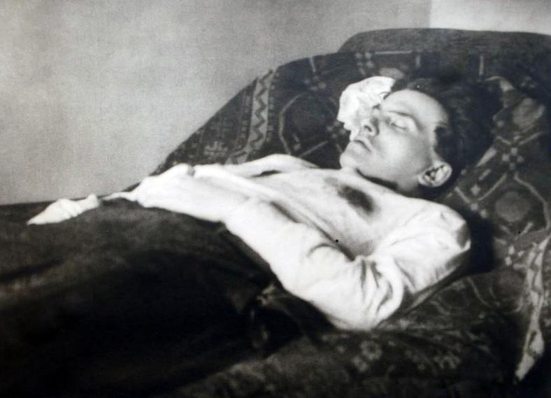 Mayakovskiy deathbed Тело В. Маяковского