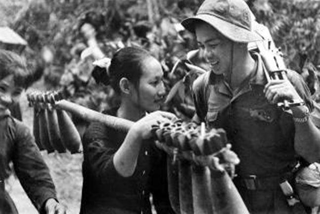 μεγαλώσει στο ίδιο χωριό συναντιούνται στο περίφημο «Μονοπάτι Χο Τσι Μινχ» Απο τις λεγόμενες κρυμμενες φωτογραφίες Associated Press