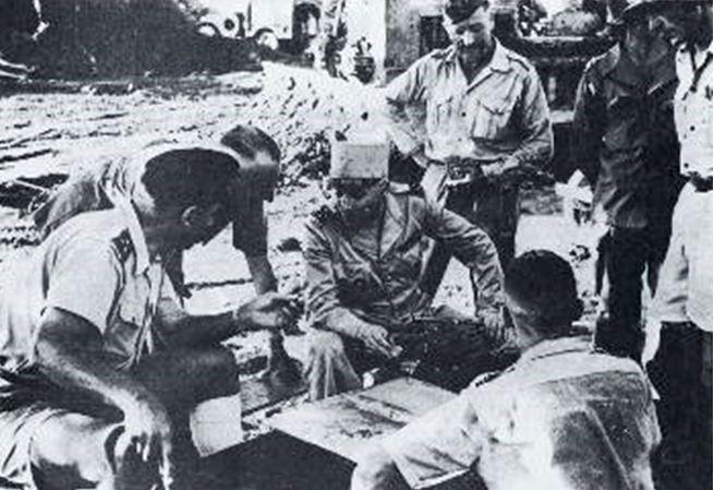 επιτελείο των Γάλλων αποικιοκρατών Κονί αριστερά διοικητής του Τονκίν Ναβάρ με το πηλίκιο Ντε Καστρί κλπ
