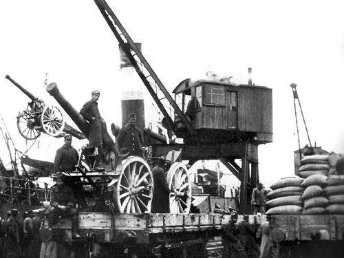 Greek troops loading artillery at the port of Smyrna Φόρτωση πυροβόλων σε πλοία στο λιμάνι της Σμύρνης