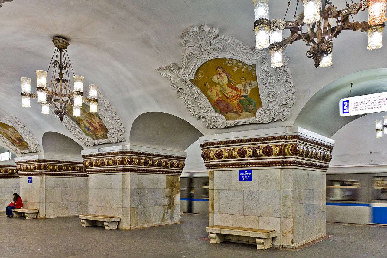 Kievsk APL 31 Kiyevskaya is decorated with a series of frescoes