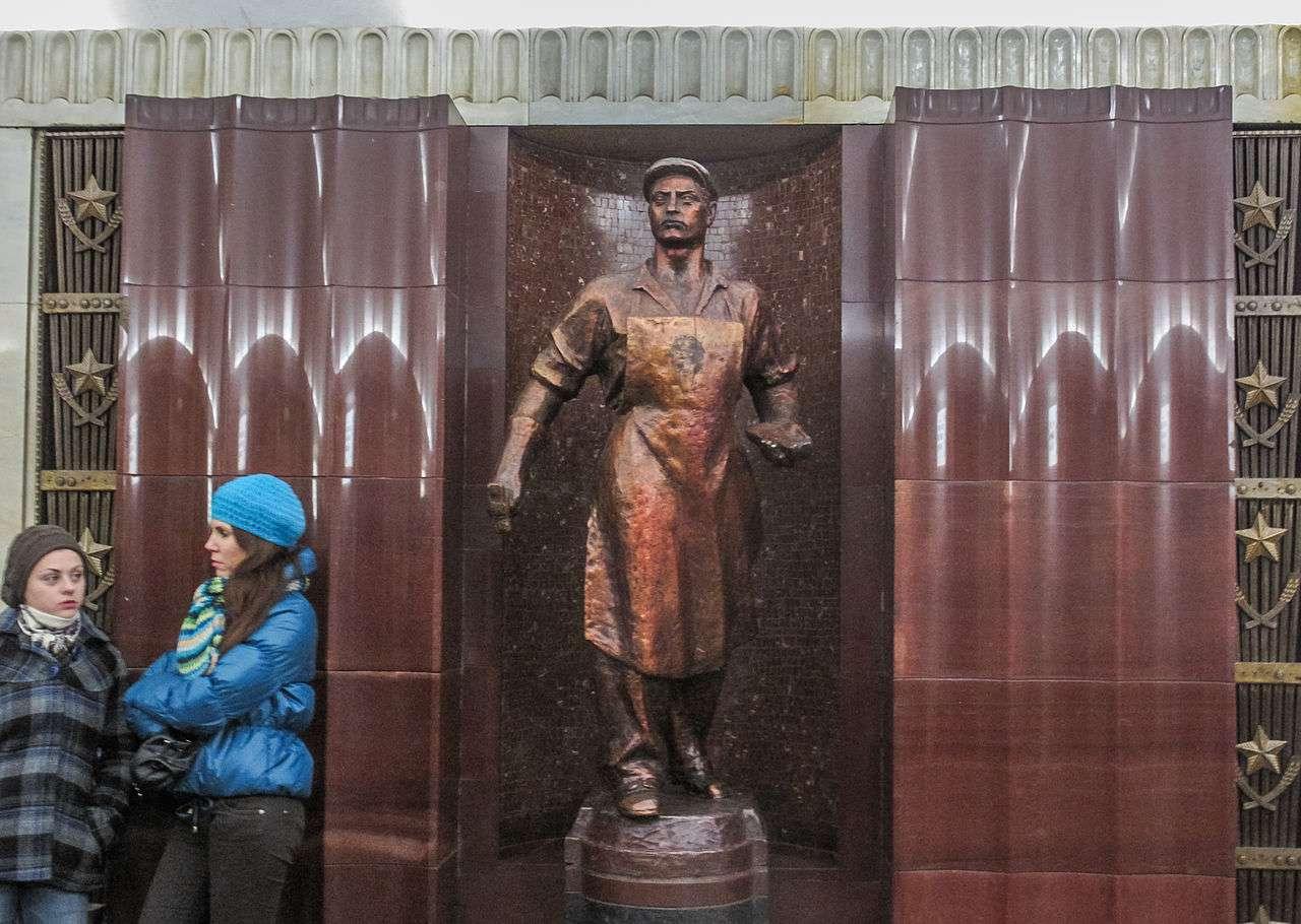 Metro Μόσχας thousands of sculptures of Lenin Soviet workers at Baumanskaya station
