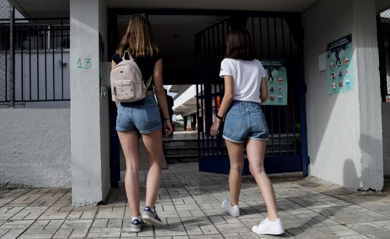 Πίσω ολοταχώς στην εποχή του... Πάγκαλου! Διευθύντρια Γυμνασίου απαγορεύει στα κορίτσια να φορούν σορτσάκια;