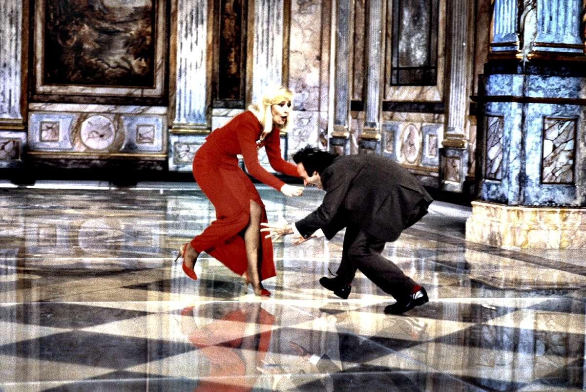 Raffaella Carrà alle prese con Roberto Benigni nel corso della famosa ospitata di questultimo a Fantastico 12