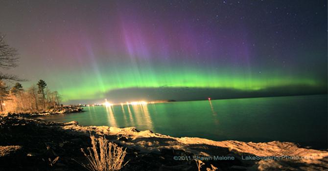 Γεωμαγνητική καταιγίδα ροής ηλιακού ανέμου υψηλής ταχύτητας εντυπωσιακό Βόρειο Σέλας